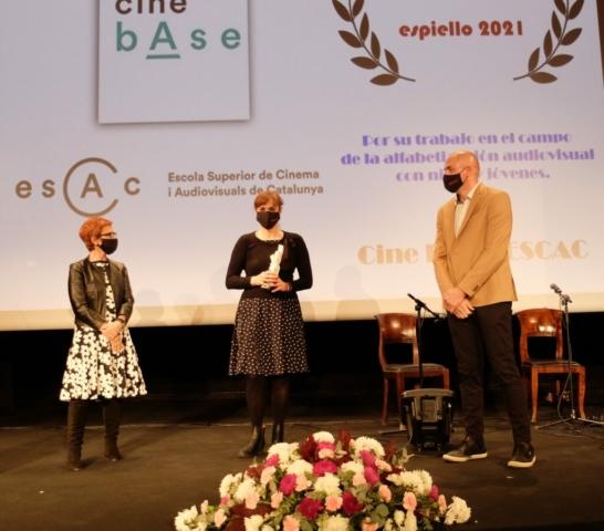 Aintza Serra, con la Siñal Espiello Chicorrón, acompañada por la diputada de Cultura de la DPH, MAribel de Pablo, y el alcalde de Boltaña, José Mª Giménez