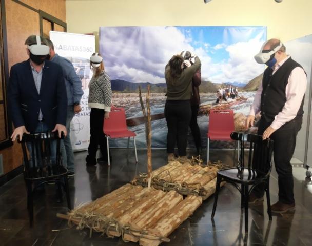 El consejero, José Luis Soro y el director general de Carreteras, Bizén Fuster disfrutando del visionado virtual del descenso de navatas