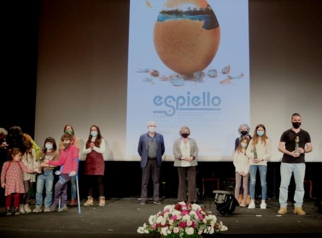 Miembros de A tuya deleira, en el centro autoridades, famila que ha recogido el premio escolar del CRA Cinca Cinqueta y el último el rapero Krevi Solenco