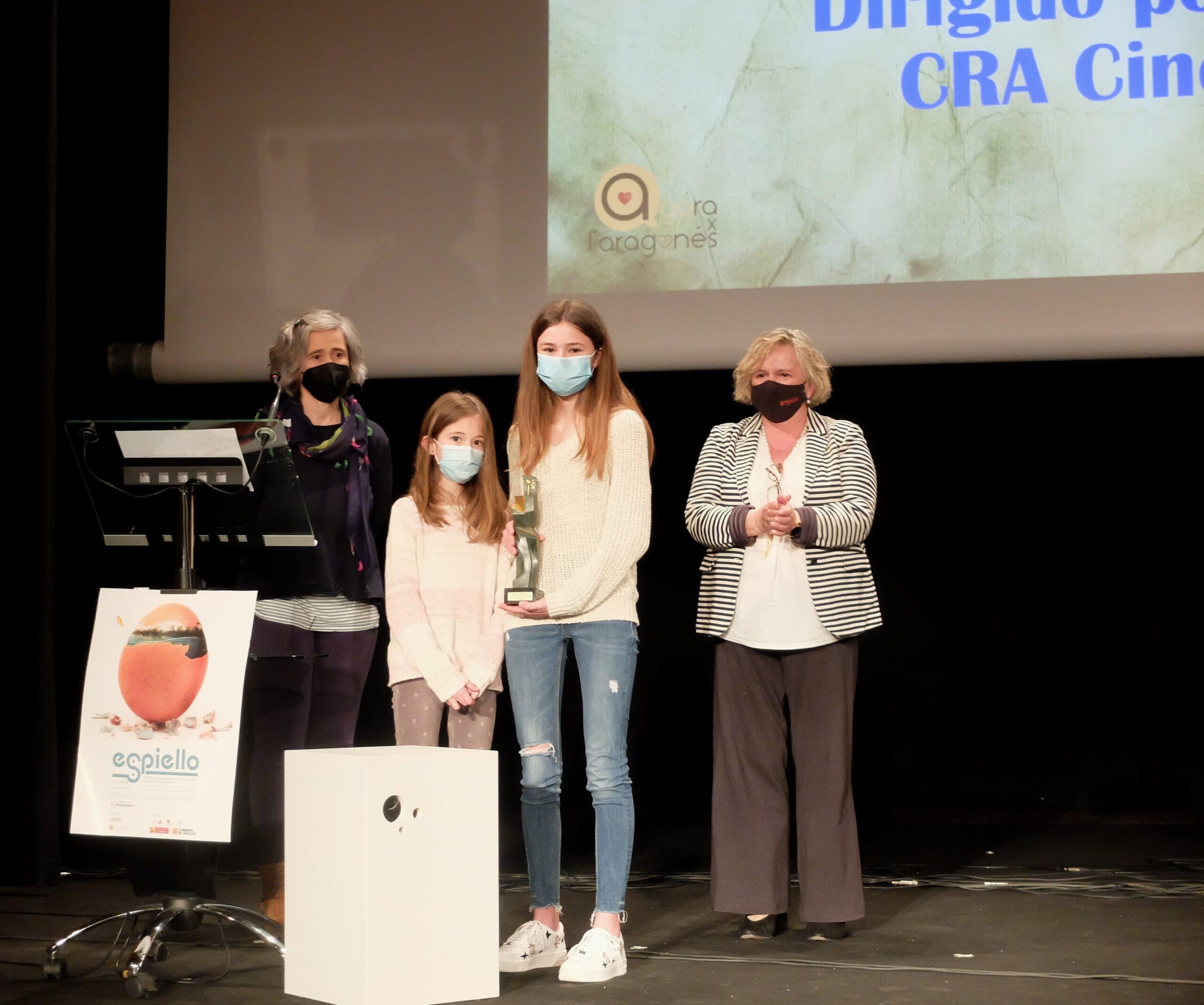 Una familia del CRA Cinca Cinqueta ha recogido el premio en categoría escolar, con la vicepresidenta de la Comarca detrás, Carmen Muro