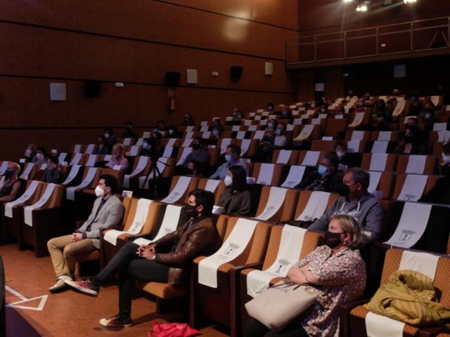 público en la sala y Hernán Zin en la primera fila