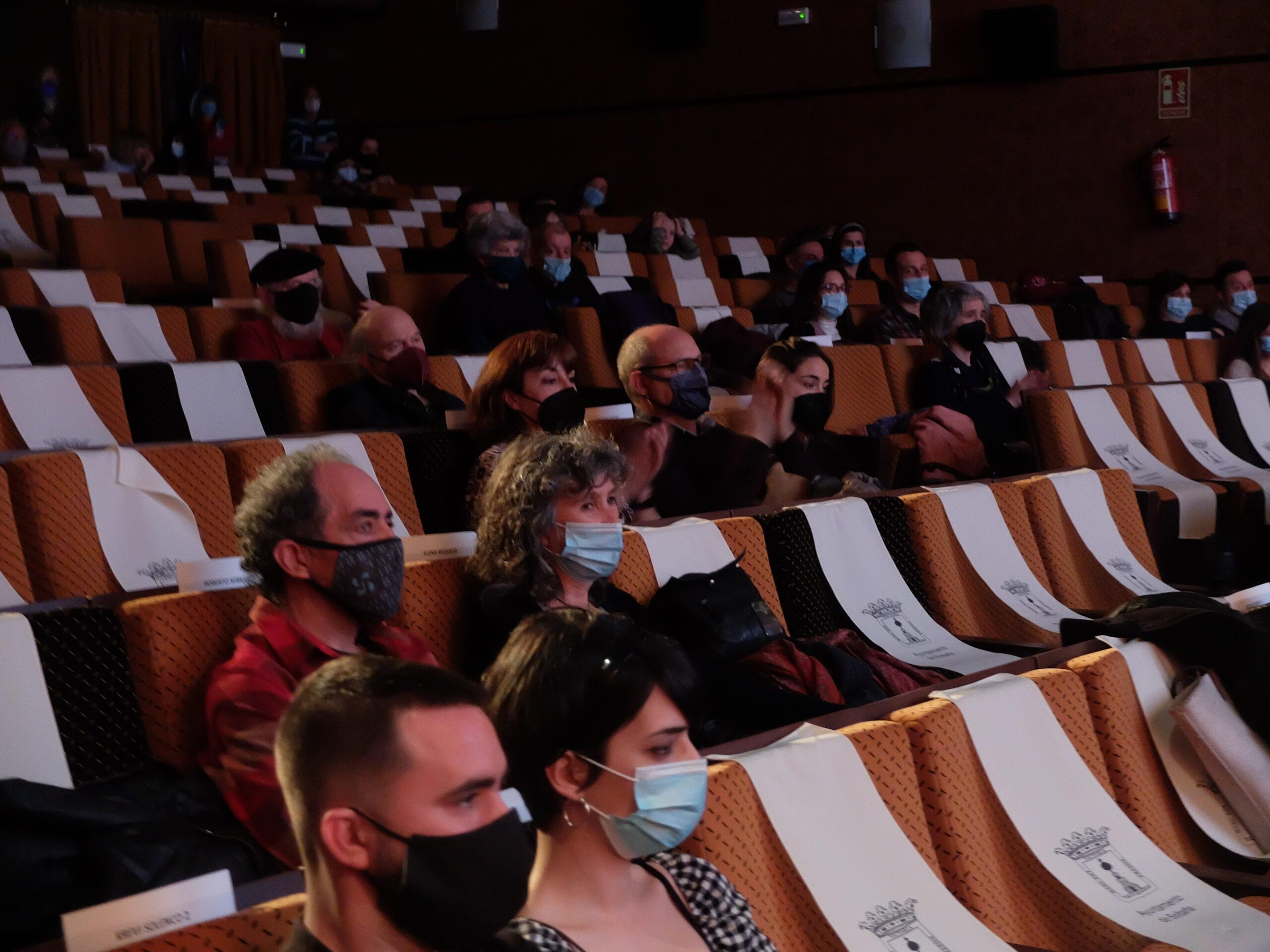 público en la sala y Krevi Solenco en primer plano